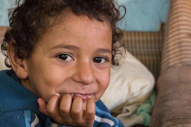 Er lebt mit seinen Eltern und sieben Geschwistern in einem eiskalten Verschlag in Bacau und profitiert von den Spenden, die die Schwestern mit ihrem jüngsten Spendenaufruf gesammelt haben. (Foto: Achim Pohl)