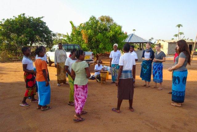 Mit Tanz und Gesang feierten die Schwestern in Nametória gemeinsam mit den Bauarbeitern, den Missionaren auf Zeit und den Frauen das Fest der Gründerin und die Fertigstellung ihres Schwesternhauses. Foto: SMMP